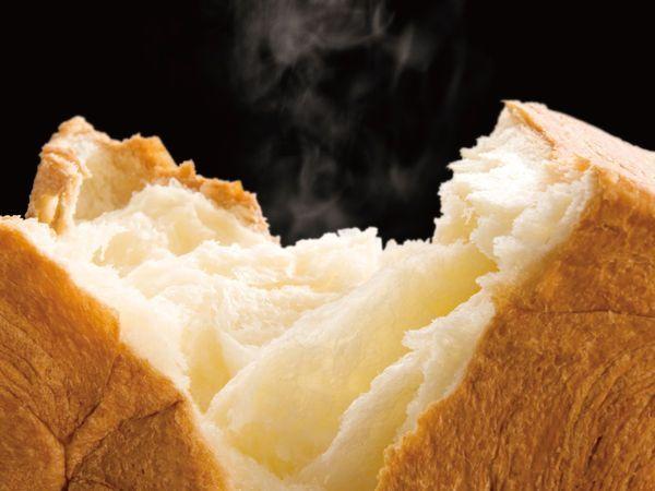 手軽に食べられるから朝はパン、そういう人も多いと思います。今は、スーパーやコンビニのプライベートブランドで安価でおいしい食パンを買うことができる時代 せっかくなら、その食パンをフワッフワの高級食パンのような食感にしてみませんか?