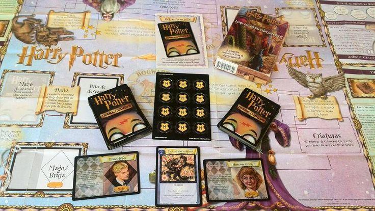Para coleccionistas Bienvenido a Hogwarts  Con el juego de cartas intercambiables de Harry Potter te bates a duelo con los magos nuevos de la academia. Luego convocas criaturas usas pociones mágicas y ejecutas hechizos para hacer que sus cartas desaparezcan primero. Si lo consigues tu ganas! El juego esta basado en el primer libro de la encantadora serie de Harry Potter. Colecciona y juega con tus personajes favoritos como Ha rey Hermione y Ron. Reconoce ras a muchas criaturas y hechizos del…