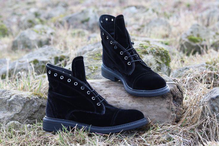 De schoenen die ik van Sooco.nl ontvangen heb zijn de zwarte Tango Cate 1 veterschoenen. Ik ben echt verliefd op dit model. Deze hoge veterschoen heeft een bovenwerk gemaakt van zachte fluweelstof (velvet.) Wat ik zo leuk vind aan deze schoenen is De schoenen die ik van Sooco.nl ontvangen heb zijn de zwarte Tango Cate 1 veterschoenen. Ik ben echt verliefd op dit model. http://shannblogt.nl/a-little-bit-velvet/