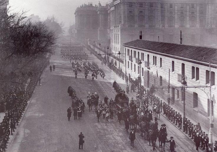 Comitiva fúnebre de Maria Cristina de Habsburgo-Lorena, madre de Alfonso XIII.Moría el Madrid 6 febrero 1929.