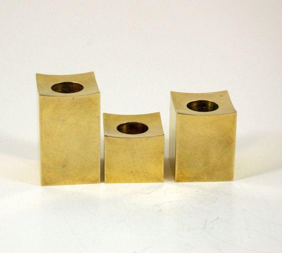 Dieser Satz von massivem Messing Kerzenhalter ist unglaublich! An eine satte 3,75 kg wiegt, diese kam aus der Gusum-Brassworks in Schweden und Unterzeichnung durch ein GJ. Jede Säule hat eine geformte Spitze und ist 1,5 Quadrat. Ihre Höhen variieren--das kleinste ist 1 5/16 , die mittlere Größe 2, und die höchsten 2,5 . Jede Kerze-Halter hat seine eigene Persönlichkeit--es gibt eine Vielzahl von kleinen Dellen und Kratzern, aber sie sind sehr klein und nur unter strenger Kontrolle bemerk...