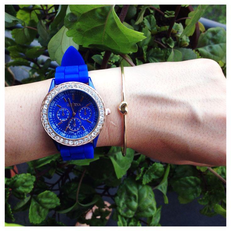 Reloj Geneva azul con brillantes $7.000. Pulsera dorada corazón $1.000.
