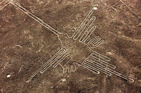 Las lineas de nazca, vestigios de un periodo preincaico, comprenden figuras que se extienden en un área de 530 m2.  Son consideradas patrimonio de la humanidad.