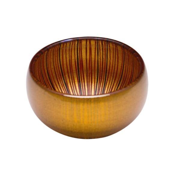 """手仕事による幾重の線が外側では触覚に訴え内側には色とりどりに覗く、花の蕾を連想させる器シリーズです。 これまでの金色のイメージを塗り替える透ける金色も魅力的です。  Design: 綾 利洋(o-lab)  品名:漆塗りガラス器 素地の種類:ガラス 表面塗装の種類:漆焼付塗装 """"百色""""製品は一点一点手作業で製作しています。また漆の特性上、商品の柄、色にばらつきがあります。あらかじめご了承ください。  使用上の注意 ・製品本来の用途、使用目的に添って正しくお使いください。 ・割れ、欠け、ひびがある場合は使用を中止してください。 ・変色や劣化の恐れがあるので直射日光は避けて保管してください。 ・たわしや磨き粉で洗わないでください。 ・過度な衝撃を加えないでください。 ・ 電子レンジ、直火、湯煎での使用を避けてください。"""