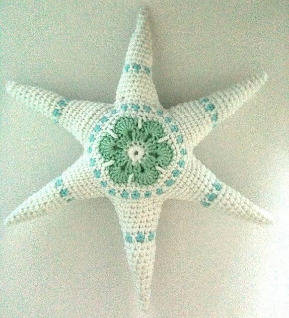 Stor snöstjärna.    A big snowstar made by using Daniela's excellent pattern (link ist there!). This one is about 25 cm in diameter.