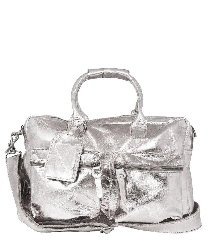 De klassieke The Bag van Cowboysbag is deze winter uitgevoerd als superhippe limited edition. De tas is verkrijgbaar in goud, zilver, koper, blauw en rood leer. De tas heeft een voering met glitterende sterren.