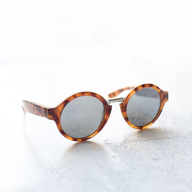 HACKNEY GAFAS PLATA. Una combinación muy original: montura redonda color leo tortoise, lente semiplana plateada y puente metálico. ¡Unas gafas de sol súper estilosas!  #sunglasses #summer #summertrends #vintage #boho #bohohic