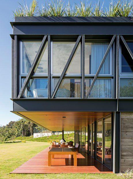 Casa Contemporânea em Petrópolis Casa JP by MPGAA - Vigas Expostas - Mesa de Madeira - Varanda - Casa de Vidro com Metal - Vigas de Ferro - Blog Decostore