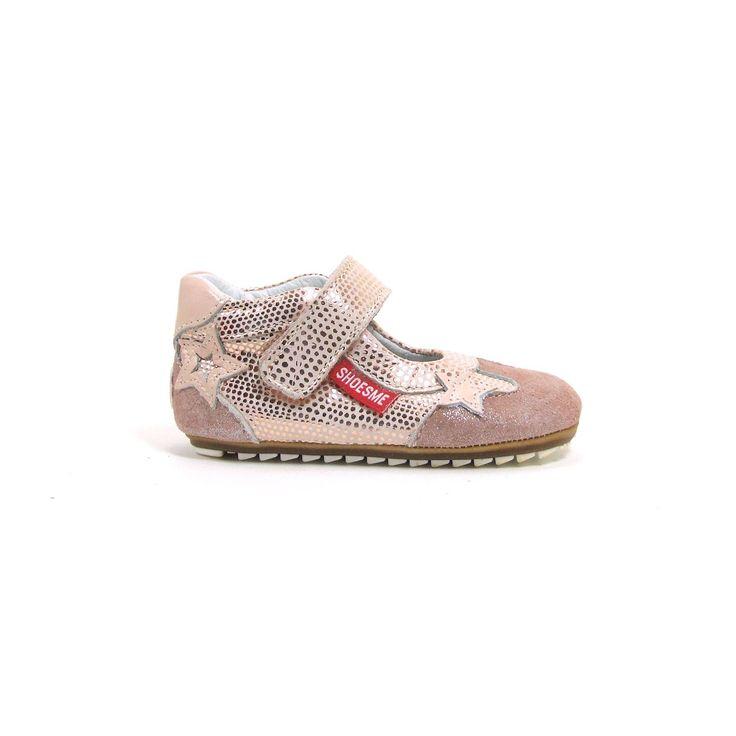 """Zalm en roze zijn deze snoezige babyschoenen van Shoesme! Het zooltje is super flexibel zodat je meisje goede grip op de vloer heeft, niet voor niets hebben ze het label """"Babyproof smart"""". Als je dit googled dan zie je bij Shoesme een uitgebreide en ook vakkundige uitleg hoe dit tot stand is gekomen. De babyschoenen worden gesloten met een klittenband rond de wreef. Naast de nodige glitter and glamour 2 sterretjes."""