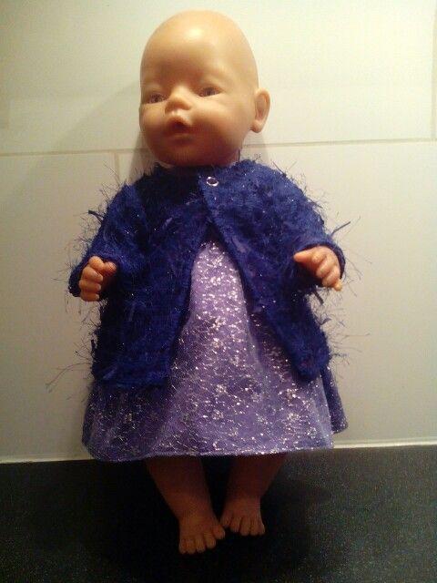 Paars jurkje hier compleet met een vestje. Dit breisel zit lekker vol met frutsels en een kleine glitter. Geschikt voor baby born of andere poppen van 43cm. Neem eens een kijkje op mijn fbpagina: Helma's Poppenkleding