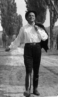 Javor Pal - Jávor Pál - a 20. század egyik legismertebb és legkedveltebb magyar színésze.Az egyszerű parasztfiútól kezdve az arisztokratáig bárkit tehetséggel megformált. Élete mégis a vándorlások és kudarcok sorozata volt. Rajongtak érte, és körülvették a nők, feleségéhez mégis egészen haláláig megszállottan hű maradt