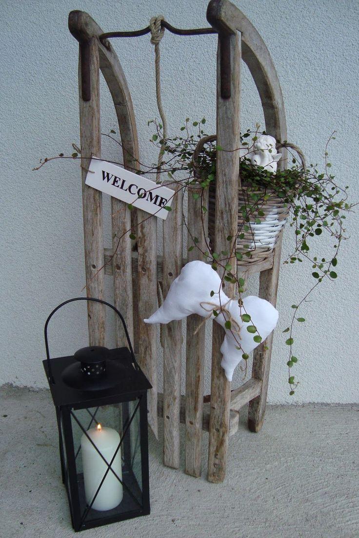 Ein wunderschön dekorierter Schlitten für den Außenbereich. – Niklas 4718