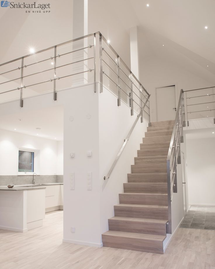Trappa modell Zäta 2 med steg i laserad ek. Räcke 2 med fyllning av plexiglas.  #trappa #inredning #design #räcke #rostfritt #ek #stair #staircase #interior #interiors #plexiglas #plexi #stålräcke