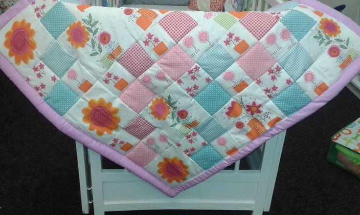 Patchworková deka Krásná patchworková deka s motivem květin, vhodná pro holčičku i pro kluka. Hodí se do kočárku, do postýlky nebo jako hrací deka. Ušiji na příní v různých barvách i velikostech. Velké deky 140 x 200 cm jsou vhodné i jako přehoz na postel. Rozměr cca 80 x 80 cm. Materiál bavlněné plátno. Výplň vatelín.