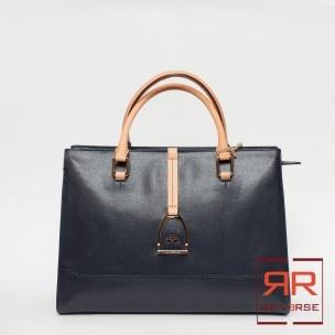 Collezione P/E 2013 - 255,00€   Tote Bag in pelle con chiusura a zip,manici in pelle beige, 2 tasche interne aperte, 1 tasca interna con zip. Misure: 38L x 27L x 14P cm Colori: navy blue
