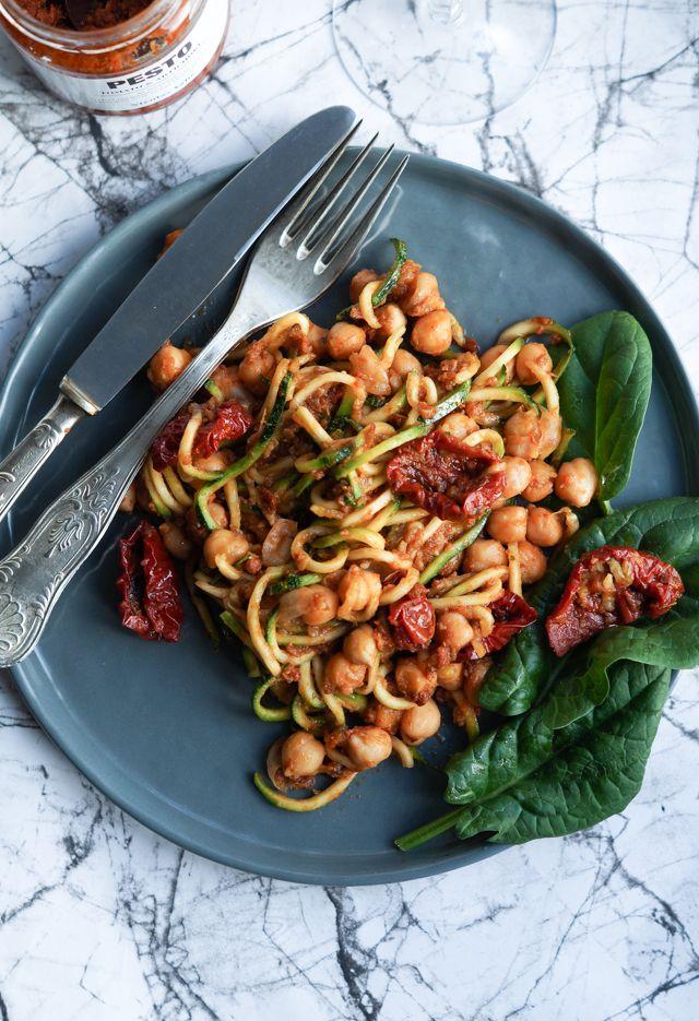 Squash-pasta med rød pesto og kikærter