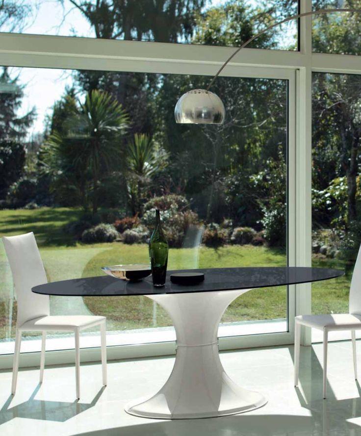 mod. London - #tavolo #ovale con basamento centrale in policarbonato estetica nera o bianca. Piano in cristallo trasparente, bianco o grafite.