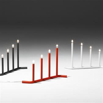 Den stilrene, pene elektriske lysestaken Advent er i hvit-,  rød- eller grålakkert metall.