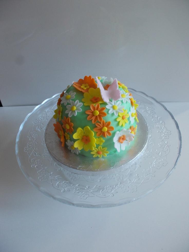 zuccotto farcito con crema al mascarpone e gocce di cioccolato fondente. decorazioni in pasta di zucchero.