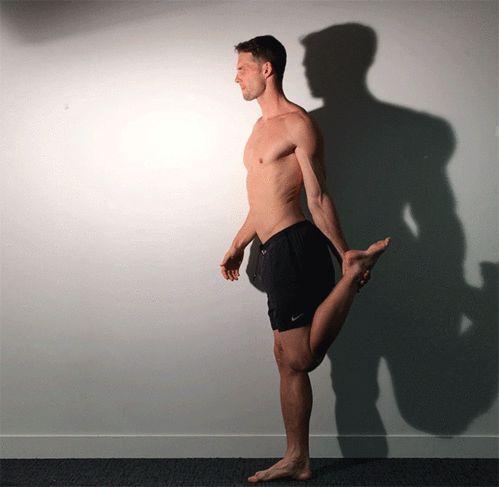 La routine sportive du mannequin Tomas Skoloudik : la posture du danseur yoga (Natarajasana)