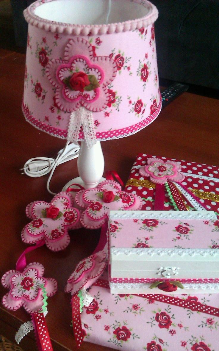 Lief roosjes thema voor op je meisjes kamer. Lampekapje, kasthangers, haarspeldjes of memobord en opbergdoosje.