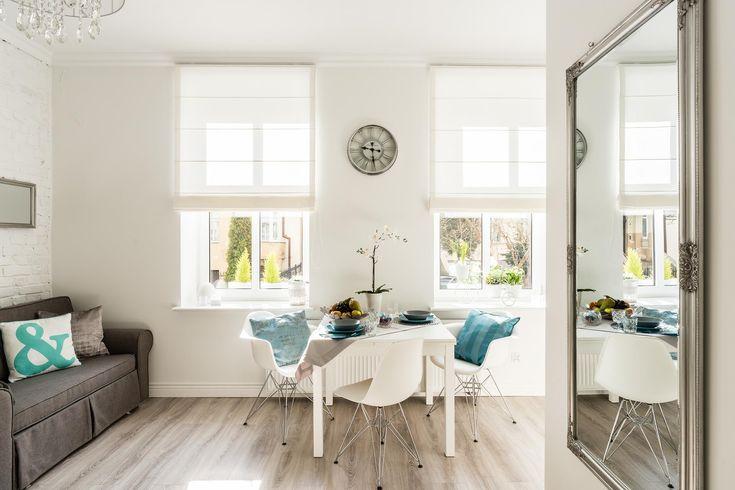 Apartament Crystal to piękna, spójna przestrzeń w której można się zrelaksować planując pobyt w Sopocie. Biel, szarość oraz kontrastowa obecność turkusu tworzy świeżą aurę. Design, nowoczesność i dbałość o detal - tak określilibyśmy tę klimatyczną przestrzeń, którą zdobi nasza roleta rzymska w białej tkaninie z kolekcji Piave.  Wnętrze oraz zdjęcia: Apartaments Factory Sopot