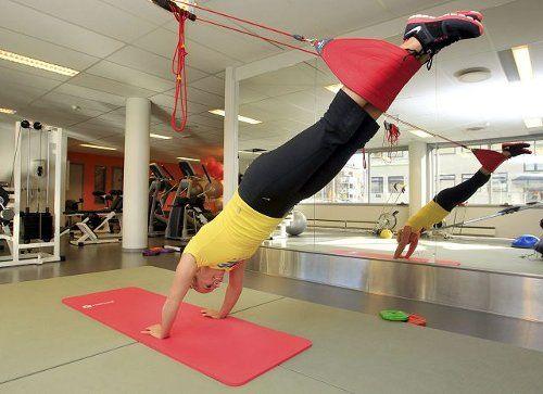 Budstikkas treningsekspert Anne Marte Sneve viser deg 13 øvelser i en redcordslynge som gir deg større styrke.