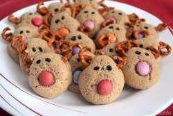 » Biscotti renna - Ricetta Biscotti renna di Misyangredienti per 20 biscotti: 120 gr di burro  70 gr di zucchero  1 uovo  200 gr di farina  1 cucchiaino di zenzero  1 cucchiaino di cannella  1 cucchiaino di cacao  vaniglia  1 pizzico di bicarbonato  smarties  salatini