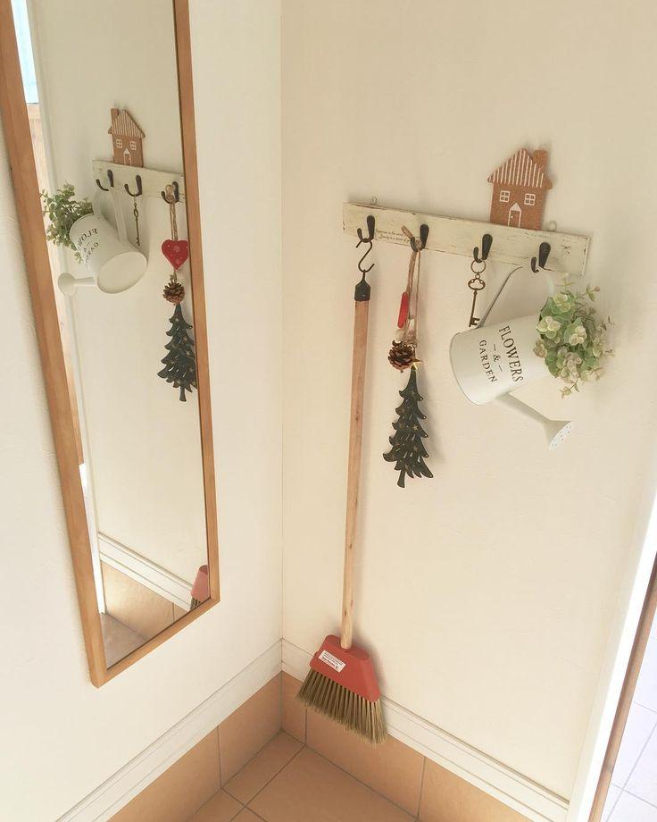 玄関入ってすぐ横にあるウォールフック&ミラー* ここの飾りも少しクリスマスに♪ ほとんど飾りだけどほうきは玄関掃除に使ってます(*´˘`*) * 新居に引っ越す時に見せる収納にしても可愛いほうきを探してて、niko and...でこれを見つけました* 使ってる時にぶつけてちょっと欠けてるところがあるから買い換えたいけど、今でも同じのあるのかな?(๑・౩・๑) * 鏡は軽量ミラーです* IKEAやらニトリやら家具屋さんやら色々見て探したけど、結局近所のホームセンターで買いました( ˊᵕˋ* ) 家を出る前のチェックならこれで十分です* * * #家 #マイホーム #ナチュラル #ナチュラルインテリア #玄関 #ウォールフック #鏡 #ミラー #ほうき #クリスマス #salut #nikoand #ナチュラルキッチン