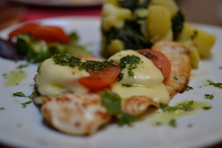 Kuřecí prsíčko s mozzarellou a rajčaty /  Chicken breast with mozzarella and tomatoes