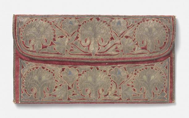 Tas in een plat, rechthoekigmodel, van rood fluweel waarop borduursel in goud- en zilverdraad het opschrift 'Francois Louis Vander Wiellen' en 'Constantinopoli 1696' | Modemuze