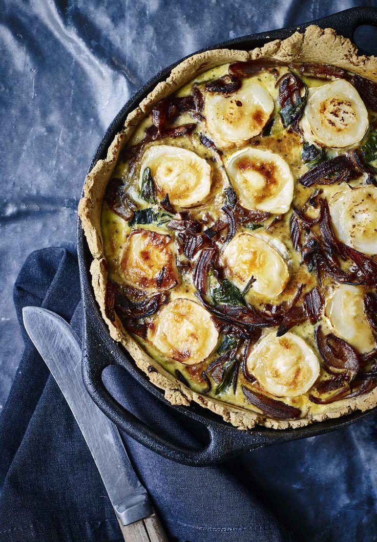 I denne uges madplan i femina finder I en af mine yndlings(!)tærter. Fyldt med karameliserede rødløg, spinat og cremet, smagfuld gedeost. Tærtebunden er min populære (og ret så sunde) havretærtebun…