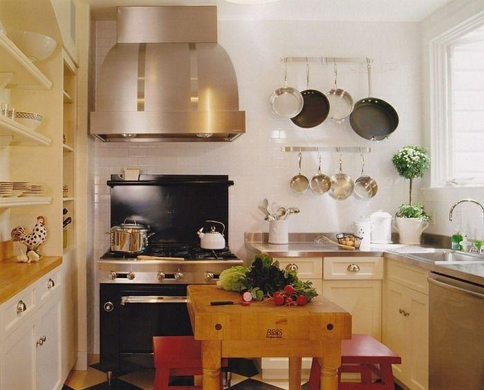 Kleine Küche mit Kochinsel aus Holz Massiv