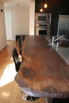 Contraste bem legal de uma cozinha moderna, Pia de aço inox que liga na bancada de madeira rústica. Show!
