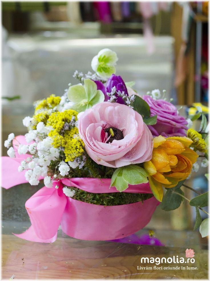 Aranjament vesel cu flori de primăvară. Happy flower arrangement with spring flowers