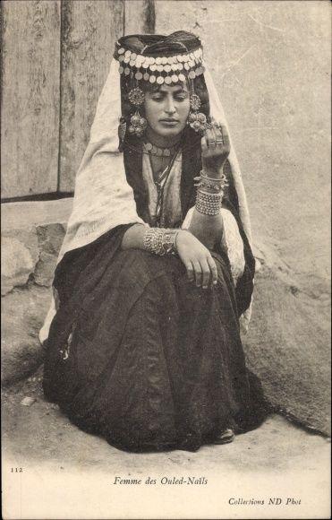 Postcard Femme des Ouled Nails, Araberin in Volkstracht,  Portrait, Algerien