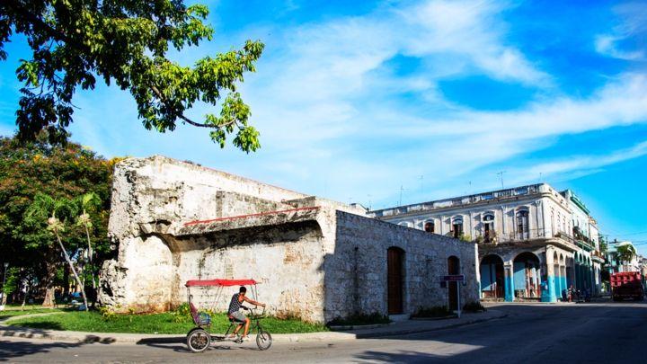 La Muralla de La Habana, andando tras la historia  https://havanaprivatesuite.com/publicaciones/970/la-muralla-de-la-habana-andando-tras-la-historia  Otra de las respuestas de la corona española al constante asedio de Corsarios y Piratas fue La Muralla de La #Habana, un muro de piedra que circundó la parte principal de la ciudad y que incluso la dividió en La #Habana de intramuros y La Habana de extramuros...