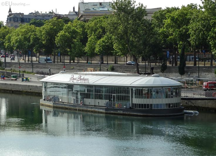 A popular floating bar, offering a fantastic friendly atmosphere, drinks and even wood fired oven cooked pizzas.  More information and details at www.eutouring.com/images_paris_city_life_311.html