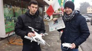 Hanno provato un drone per la consegna di medicinali agli anziani. Ora ne hanno creato un altro che porta i quotidiani 'al volo'. Ma non è tutto: hanno anche un Dronelab, una web tv, una radio online e un professore che li sprona a fare ancora di più. Jeff Bezos è avvertito
