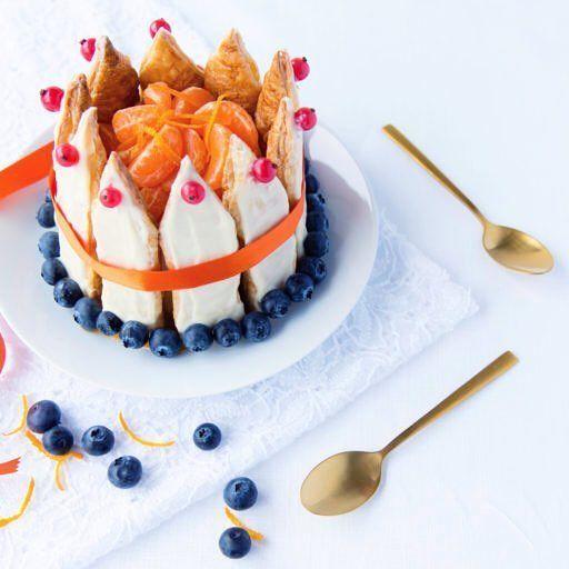 L E V E D E K O N I N G ! Donderdag is het zover: #koningsdag. Deze 'kroon' maakte en fotografeerde ik alweer een jaar geleden in opdracht van #Chocomel en #Mona: in de rood-wit-blauwe kroon zit namelijk een Mona pudding verstopt het recept vind je op mijn blog. ----> Link in bio. #kingsday #king #oranjeboven #foodphotography #food #foodstyling #pudding #blueberries #whitechocolate #white #gold #brandbuilders