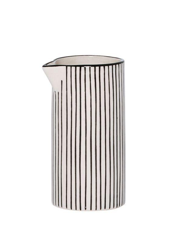 Die kleine, schwarze Kanne von IB Laursen kann natürlich als Milchkännchen beim Tee trinken verwendet werden, aber auch als dekorativer Aufbewahrungsort für Ihre Kosmetikprodukte! Sie ergänzt die Keramik Serie Casablanca und wird durch feine schwarze Streifen geziert. Die Kanne ist Spülmaschinen geeignet und kann in der Mikrowelle verwendet werden.  Die schwarze Kanne von IB Laursen ist fein gestreift und passt wundervoll zu der Keramik-Serie Casablanca! Jetzt entdecken bei car-Möbel!