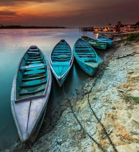 Barcos no Tocantins   Rio Tocantins, na Bacia Amazônica. Estes barcos fazem o transporte entre Imperatriz, Estado do Maranhão e o Tocantins, na outra borda.   Foto de Dante Laurini Jr