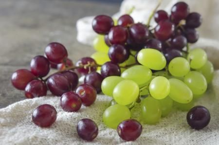 Red Grapes and Green Grapes