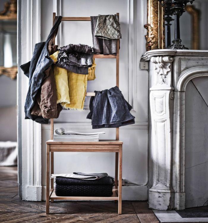 Diese Bilder wurden für das Buch IKEA MALM ‒ GUT VERSTAUT! TEIL 1. gemacht und zeigen das Pariser Zuhause des Einrichters Hans Blomquist. Hier geht es darum, deinen Charakter zu zeigen. Zeige deine Lieblingssachen doch einfach auf RÅGRUND Stuhl und Handtuchhalter aus Bambus.