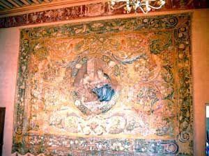 Tapisserie SAINTE ANNE ET L'ENFANT. Dans les appartements de Madeleine de Savoie, il faut noter cette superbe tapisserie où pour la 1° fois on va utiliser la couleur rouge (cochenille) importée du Mexique.