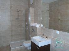 W nowoczesnych łazienkach proponujemy zastosowanie pojedyńczych ścianek prysznicowych.
