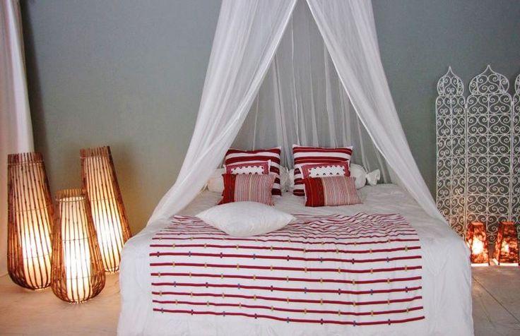Duvet Bandera (rojo). Coussins (du fond vers l'avant): Rayas rojas, Pino (rojo), Abuela clásico, Brocado (blanc sur blanc).