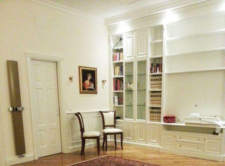 Una libreria in stile classico ancora in fase di posa in opera, in un appartamento di via Po a Roma.