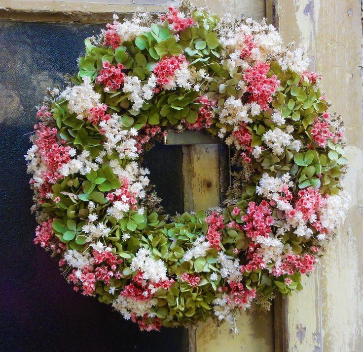 Růžovounký+Věnec+ze+sušené+zelenkavé+hortenzie+a+dalších+sušených+květinek.+Vhodné+i+jako+netradiční+dárek.+Velikost+32cm.