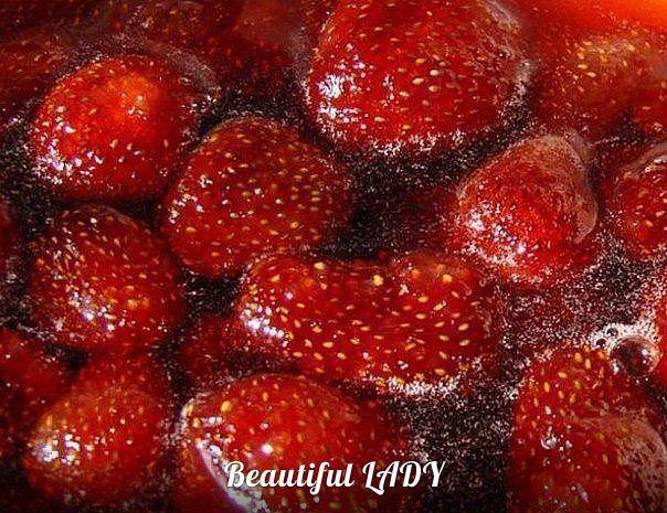 КЛУБНИЧНОЕ ВАРЕНЬЕ БЕЗ ВАРКИ ЯГОД Ингредиенты: - 2 кг клубники - 1 кг сахара - 0,5 стакана воды Для клубничного варенья берем клубнику небольшую, но спелую. Удаляем плодоножки, моем ягоды под проточной водой и сцеживаем на сито. Затем кладем клубнику в миску. В другой миске варим сироп: в 1 кг сахара добавляем 0,5 стакана воды и ставим на средний огонь вариться. Варим сироп 5-7 минут, чтобы он стал густой, но не белый. Проверить его достаточно просто, взять ложкой немного сиропа и слегка на…